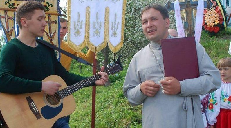На Тернопільщині священик УПЦ КП керує будинком культури та організовує сільські свята