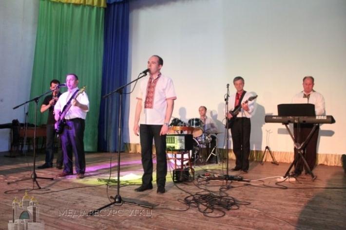 Естрадний гурт священиків УГКЦ виступив для 450 дітей, які перебувають на відпочину