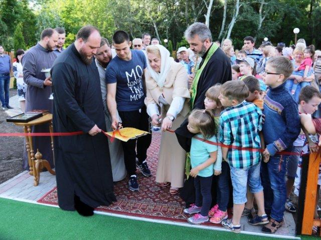 В Дніпрі меценат УПЦ КП подарував дітям гральний майданчик
