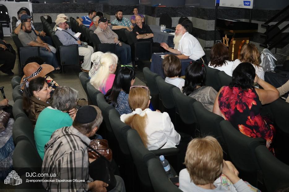 Израильский раввин провел в Днепре открытую лекцию о сущности молитвы