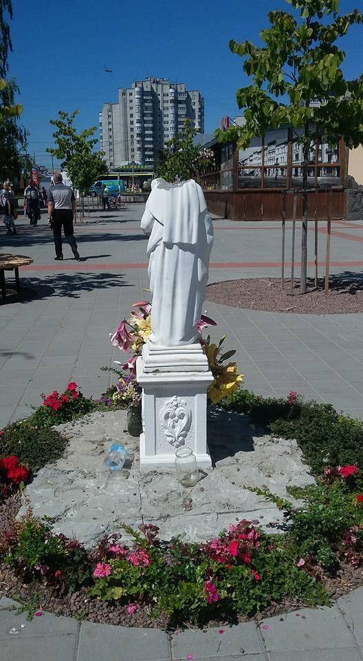 У Львові вандали знесли голову скульптурної Богородиці
