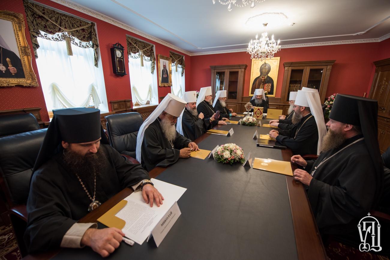 Синод УПЦ знов перейнявся біометричними паспортами і розглянув конфлікт в єпархії