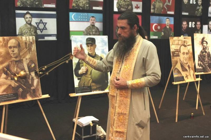 В Одесі священик УПЦ КП взяв участь у презентації фотовиставки та книги «Якби не війна»