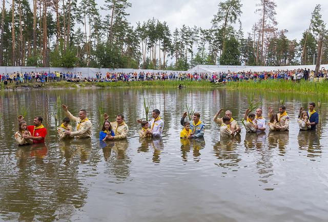 На адвентистском слёте под Киевом крестили 59 подростков