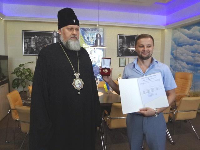 Архієпископ УПЦ КП вручив нагороду генеральному директору «Вінницяобленерго»