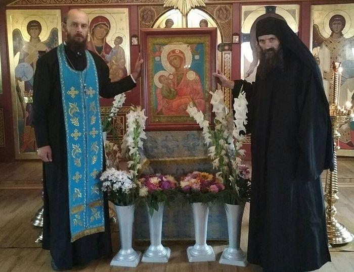 Ченці афонського монастиря Хіландар передали храму при Національному інституті раку список чудотворної ікони
