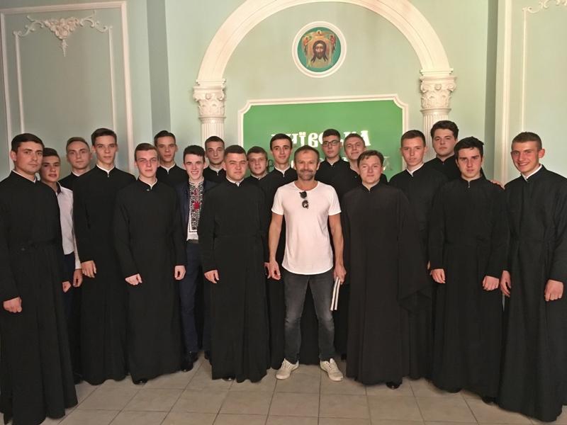 Академісти УПЦ КП зустрілися з лідером гурту «Океан Ельзи» Святославом Вакарчуком
