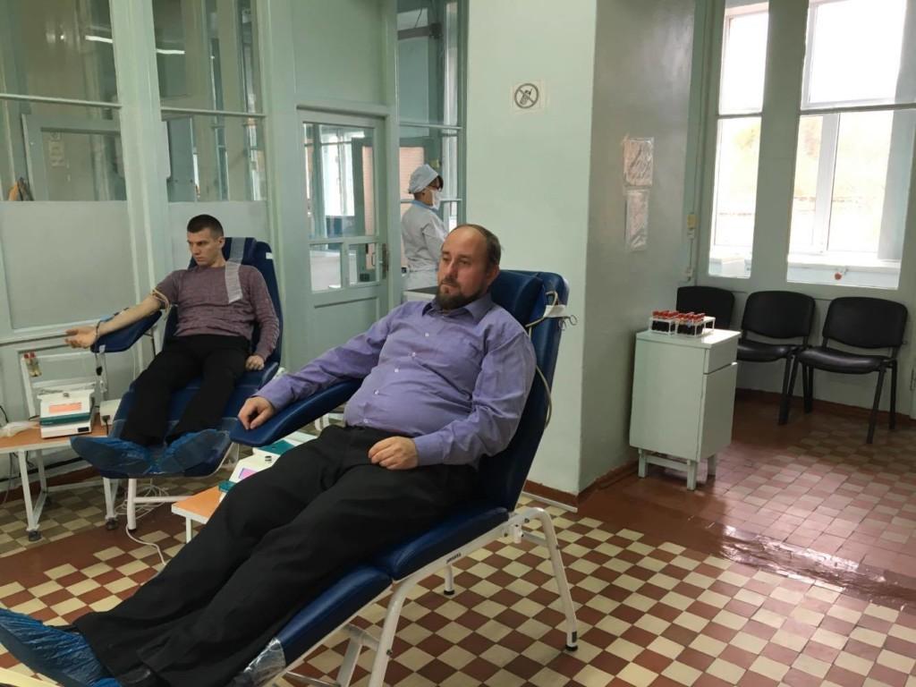 Духовенство УПЦ здає кров онкохворим дітям
