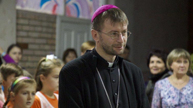 Католицький єпископ завітав на відкриття шкільної спортзали в прифронтовому Новолуганському