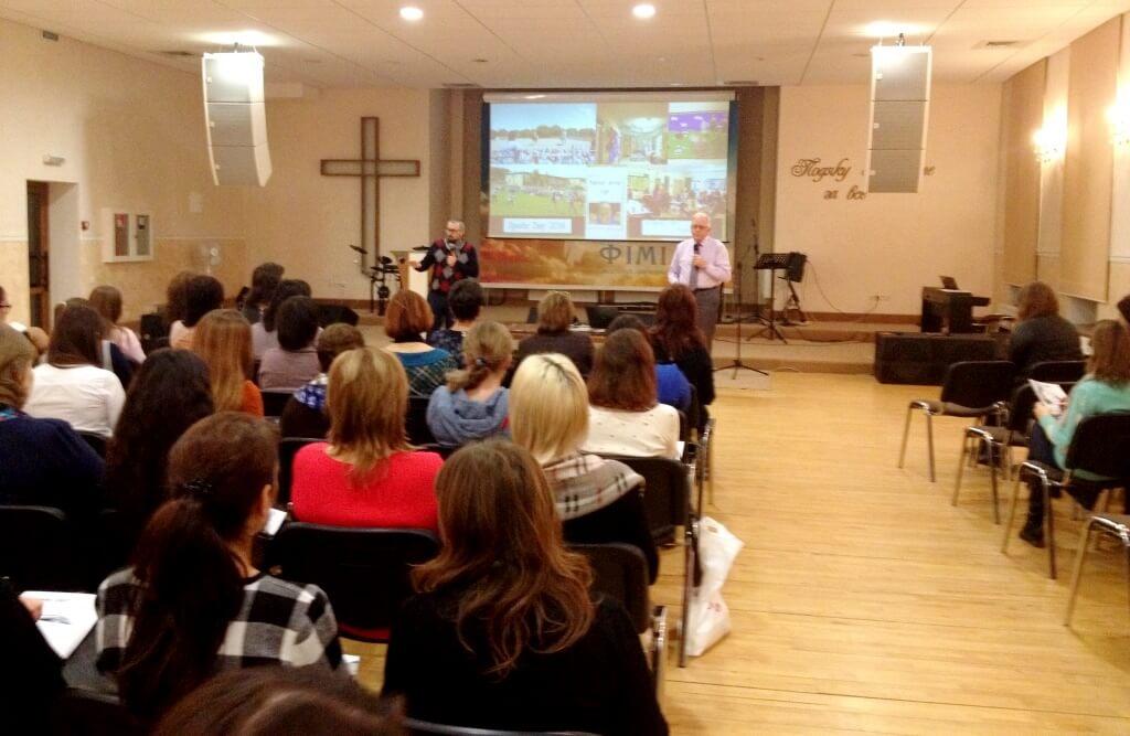 Запрошений баптистами у Луцьк офіцер Ордену Британської імперії навчає волинських педагогів мотивувати дітей до навчання