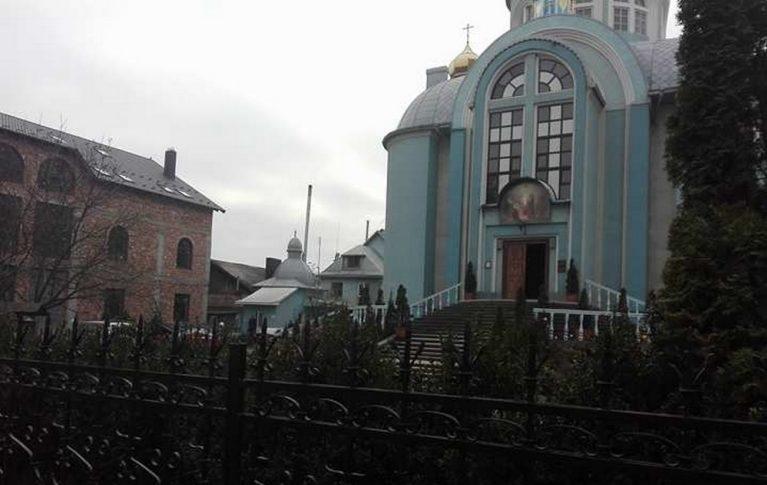 Парафію УПЦ у Коломиї оштрафували за вирощування маку