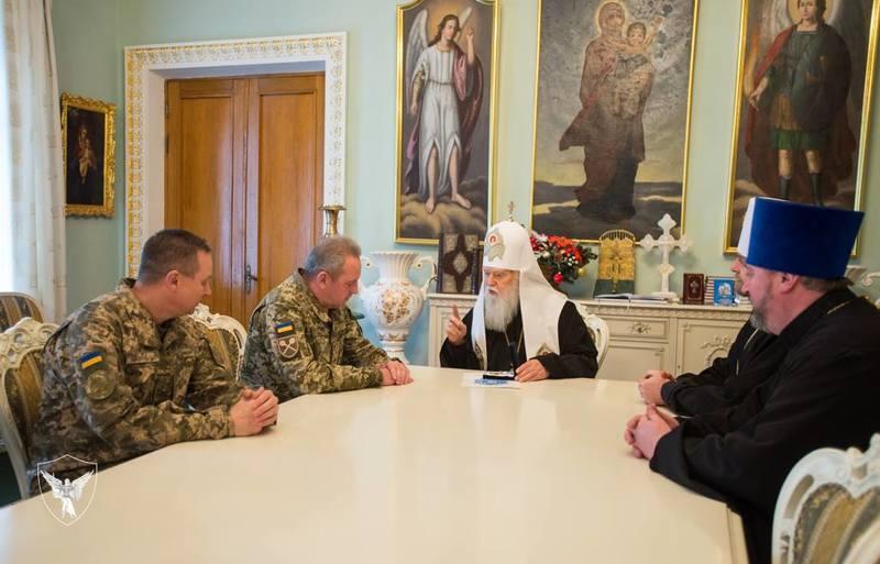 Глава УПЦ КП нагородив начальника Генерального штабу ЗСУ