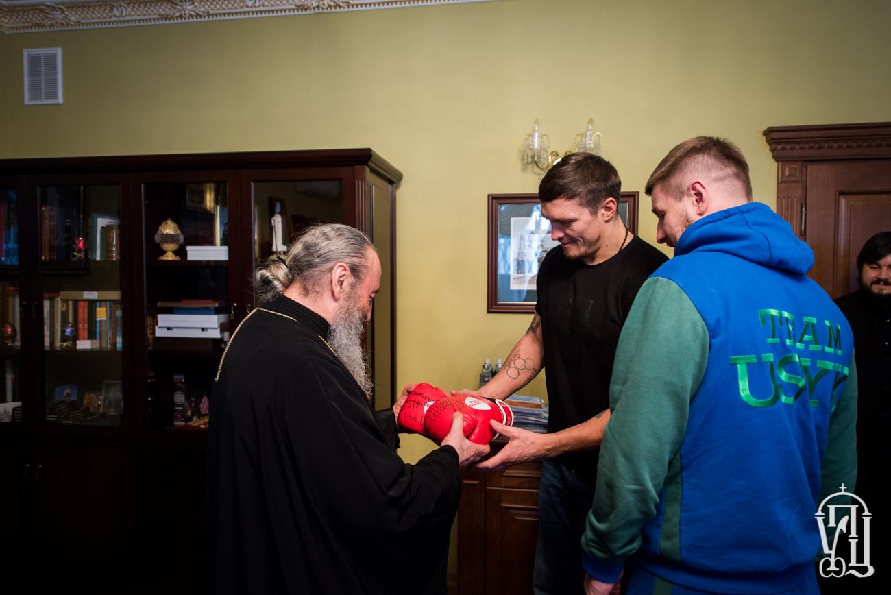 Чемпіон з боксу Олександр Усик подарував митрополиту Онуфрію власні боксерські рукавиці