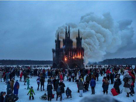 В Росії на честь Масляної спалили макет католицького костелу, а також американські гроші