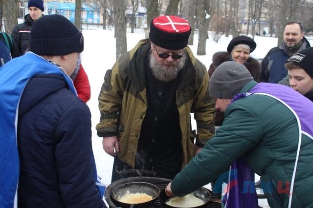 В Луганске «народная милиция» во главе со священником ответила Масленицей «на попытку внедрения нам из-за океана враждебной, так называемой американско-европейской идеологии»