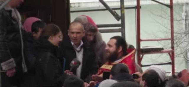 Священик з парафіянами УПЦ грубо випхали журналістів з подвір