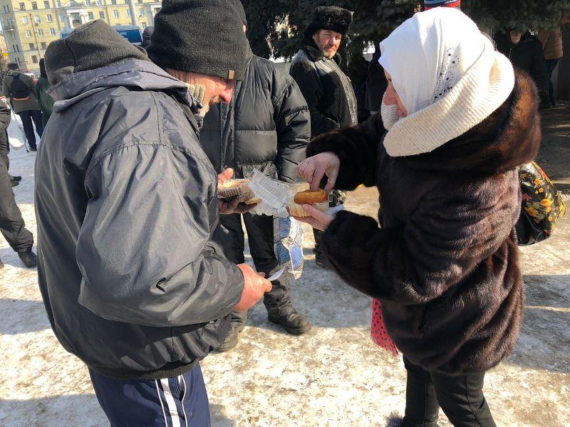 У Харкові мусульмани годують безхатьків на вокзалі, а в Запоріжжі долучились до акції допомоги літнім людям, що самі виховують онуків-сиріт