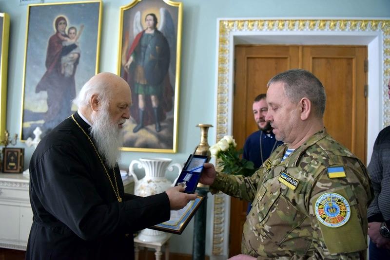 Оборонці Донецького аеропорту нагородили главу УПЦ КП і розповіли, як Бог їх оберігав