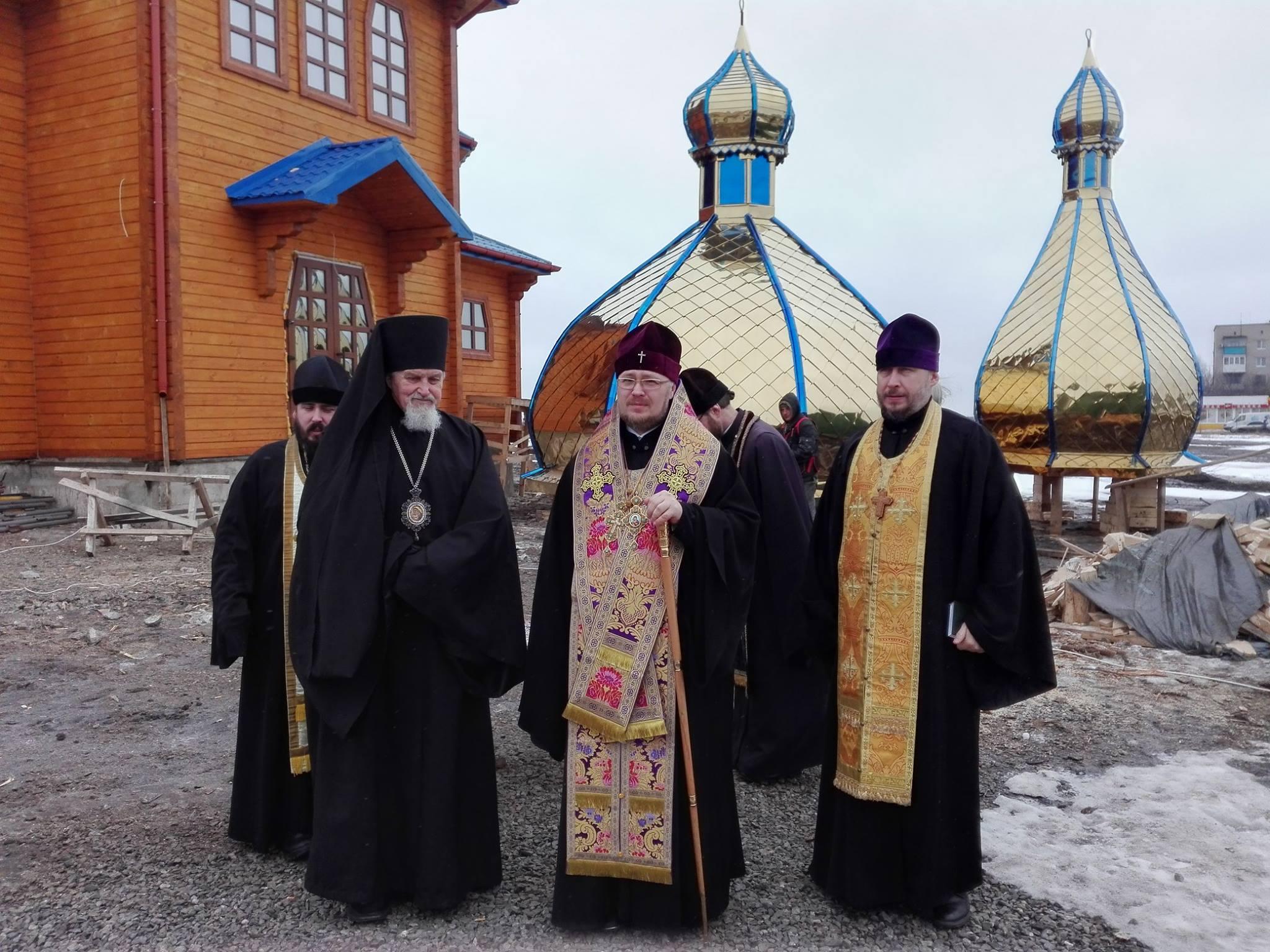 УПЦ КП освятила на Донеччині куполи нового храму, а в столиці змагається за храм на Рівненщині