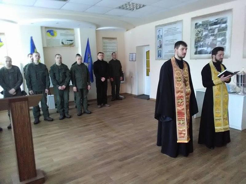 У Луцьку священики УПЦ КП причастили військових, а на Чернігівщині священики УПЦ (МП) відспівували померлого воїна АТО