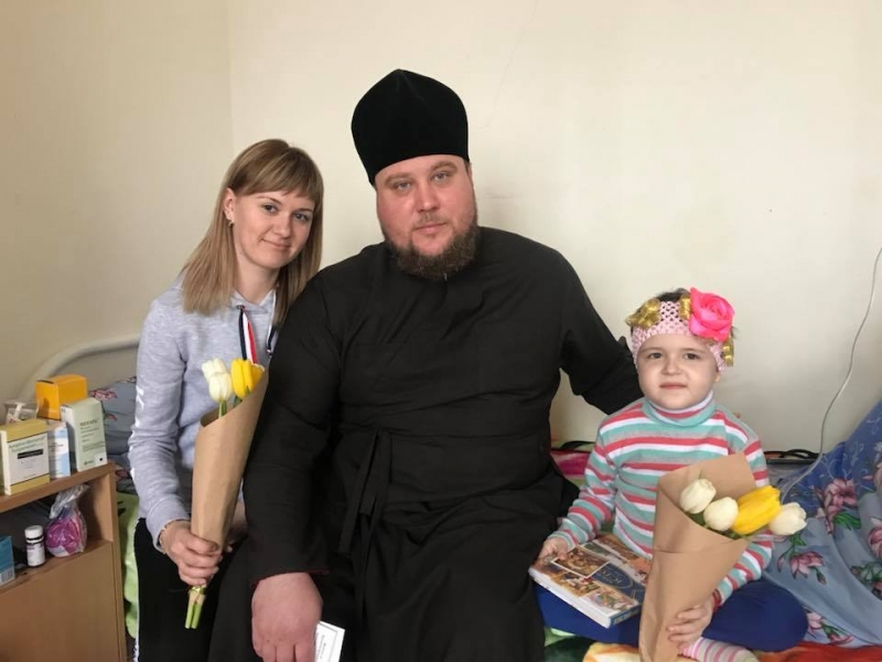 Єпископ УПЦ КП відвідав з благодійною допомогою дитяче гематологічне відділення Дніпропетровської обласної лікарні