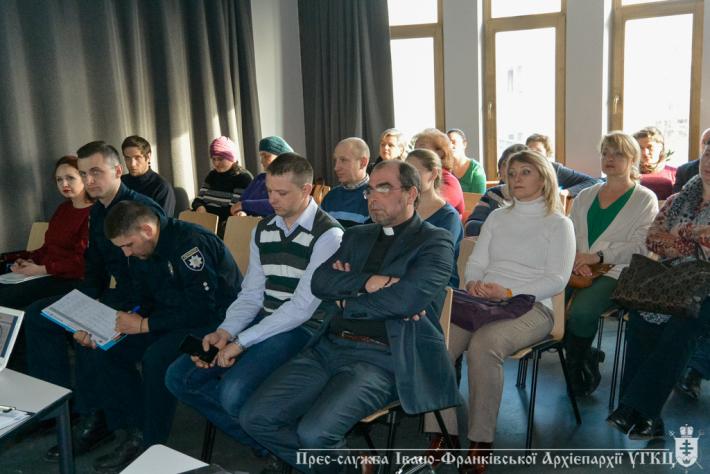 В Івано-Франківську греко-католики провели дискусію про те, чи існує упереджене ставлення до учасників АТО та внутрішньо переміщених осіб під час прийому на роботу