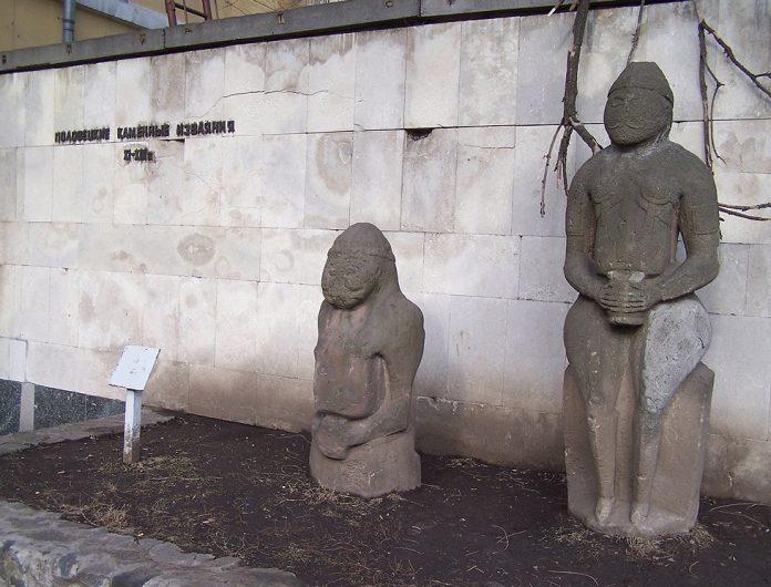 Набожные женщины из УПЦ не смогут отказаться от ID-карточек, а каменные бабы из Днепра — от QR-кодов