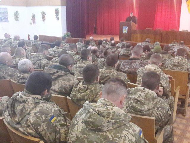 Священики УПЦ (МП) звершили молебень перед відправкаю військових у зону АТО, а єпископ УПЦ КП провів зустріч на тему «Воїн-християнин – це той, хто постійно прагне миру»