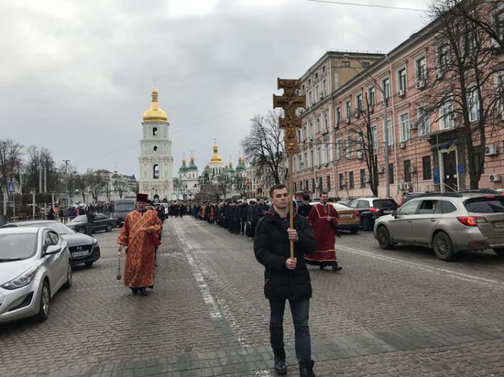 Вулицями Києва пройшла міжконфесійна хресна хода «У молитві через хрест до миру»