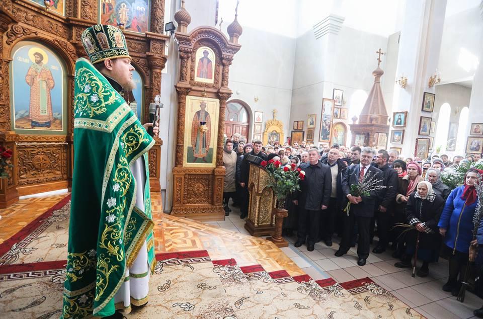 Президент у Маріуполі помолився з вірянами УПЦ за мир в Україні