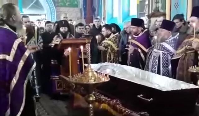 """Єпископ УПЦ звершив відспівування бійця """"Правого сектору"""""""