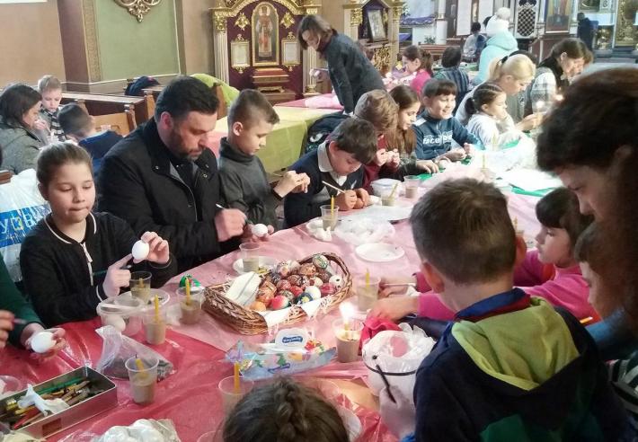 Єпископ УГКЦ разом з буковинськими дітьми навчався писанкарству