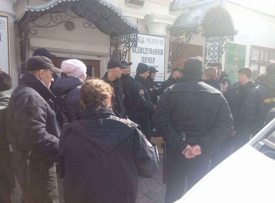 Поліція прогнала з лаври націоналістів, які порушували спокій обителі