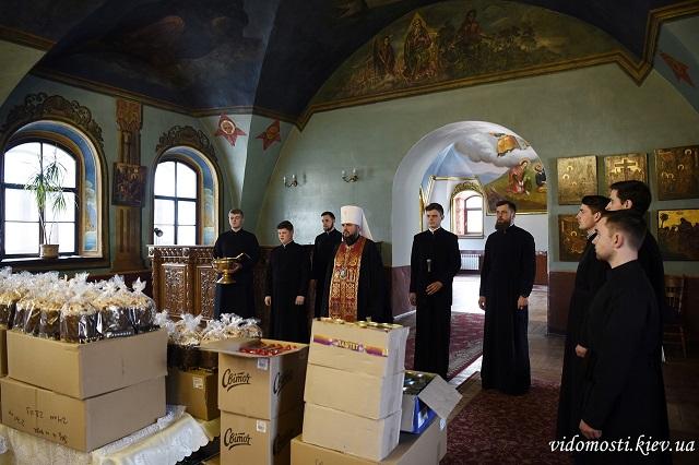 Видубицький монастир роздав паски безпритульним Києва