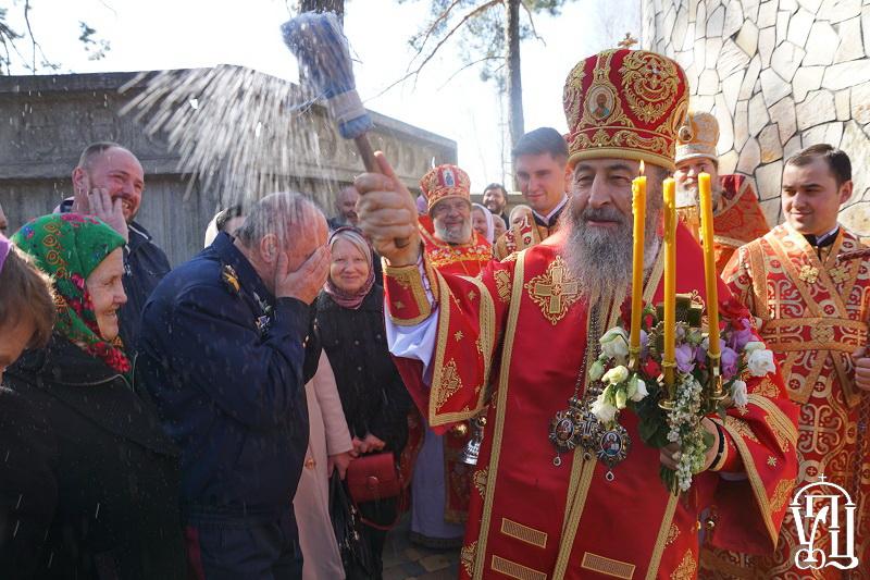 УПЦ на Київщині освятила новий храм, а на Прикарпатті судиться з обласною владою