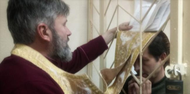 Архиепископ УПЦ КП посетил украинского активиста в крымском изоляторе