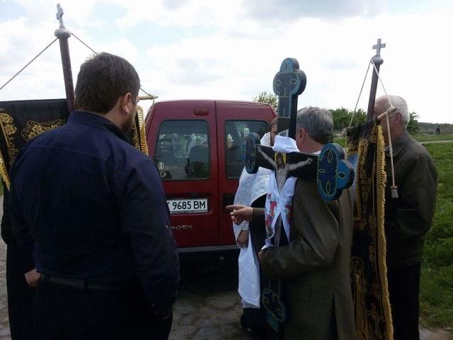 Віряни УПЦ КП і УПЦ (МП) посварилися через доступ священика до цвинтаря