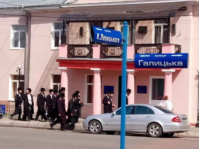 На Івано-Франківщину приїхали сотні хасидів-паломників, а дітей з УПЦ відправляють на відпочинок у Севастополь