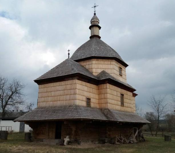 На Львівщині відкриють відреставровану дерев'яну церкву, а на Франківщині знайдено закинуту підпільну каплицю