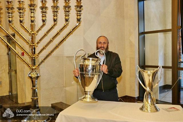 Кубки Лиги чемпионов УЕФА выставили в Днепре рядом с крупнейшей в мире серебряной ханукой