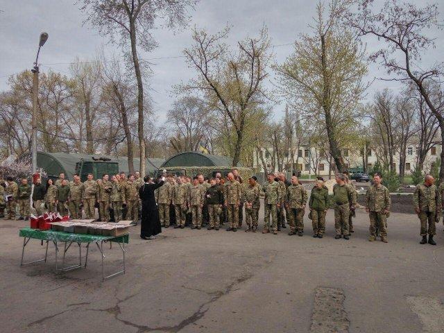 Священики УПЦ (МП) та УПЦ КП відвідують з подарунками воїнів на передовій АТО