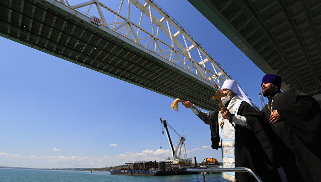 Митрополит УПЦ освятил Крымский мост, соединивший аннексированный полуостров с Россией
