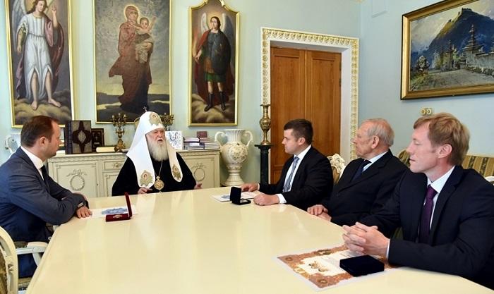 """Патріарх Філарет нагородив представників """"Укргазвидобування"""" за труди на благо держави та утвердження помісної Церкви"""