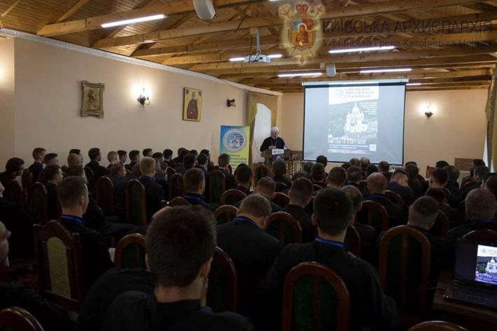 УГКЦ налічує в Київській архієпархії понад 130 священиків і близько 90 парафій, а в зоні АТО – 170 військових капеланів і 27 каплиць