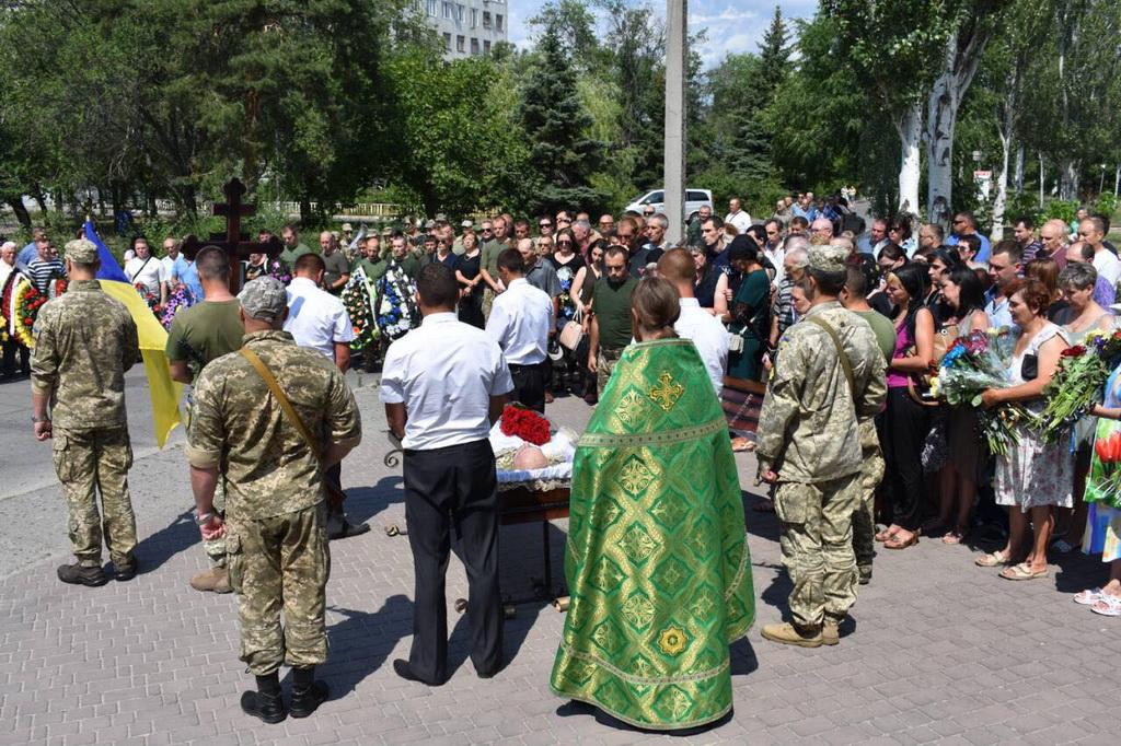 На Луганщині та Сумщині духовенство УПЦ відспівує загиблих воїнів АТО і духовно підтримує живих