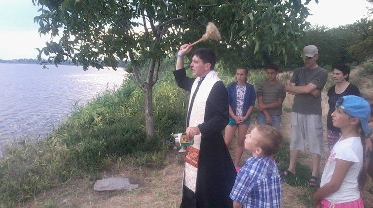 Католицький священик освятив річку Дніпро