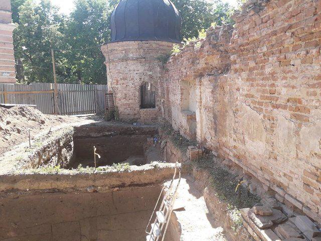 У Києві біля Кирилівської церкви розкопали стародавнє кладовище і кераміку скіфів