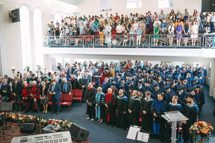 Баптистська семінарія Одеси цього року випустила 142 служителя