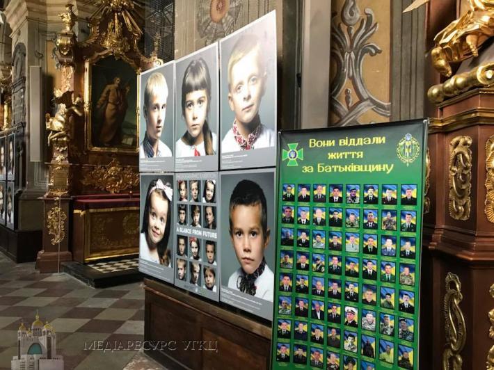 У гарнізонному храмі УГКЦ на фотовиставці показали очі дітей, які втратили батьків в АТО