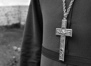На Закарпатті священик УПЦ КП побив ремнем депутатку-парафіянку УГКЦ